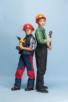 Zelfverzekerd. kinderen dromen over beroep van ingenieur.