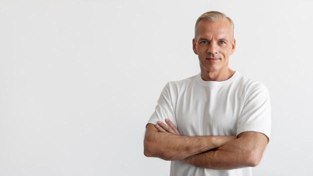 Zelfverzekerd mannenportret van middelbare leeftijd Gratis Foto