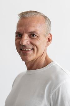 Zelfverzekerd mannenportret van middelbare leeftijd