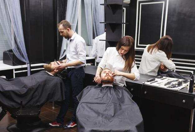 Zelfverzekerd mans bezoekende haarstylisten in kapper.