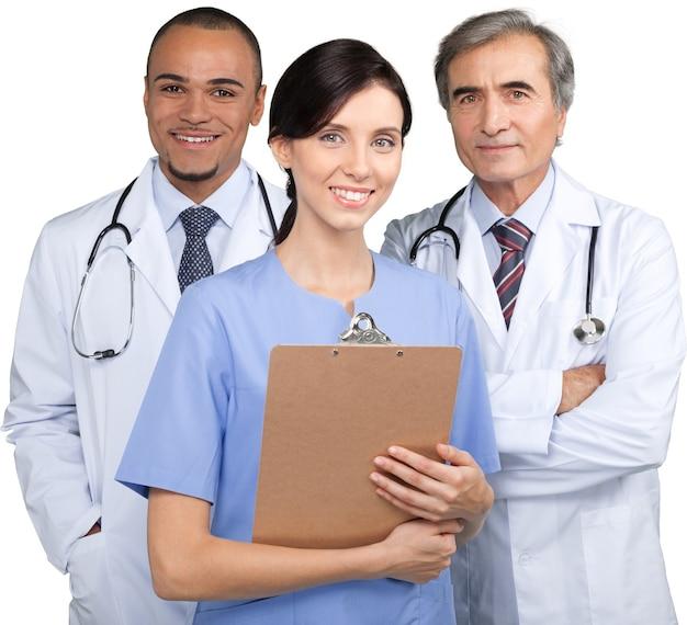 Zelfverzekerd medisch team in het ziekenhuis op wit wordt geïsoleerd
