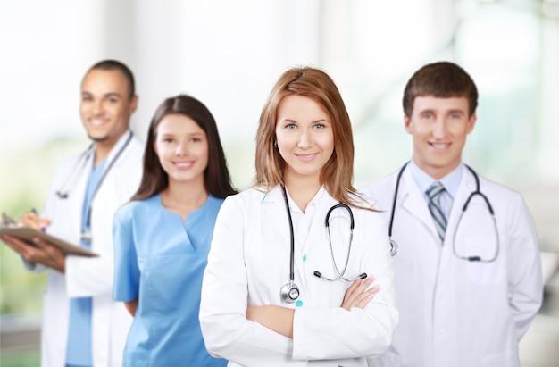 Zelfverzekerd medisch team in het ziekenhuis
