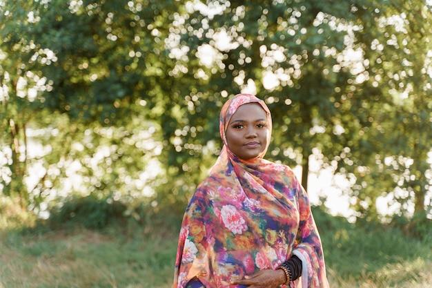 Zelfverzekerd moslim zwart meisje weared in hijab-glimlach