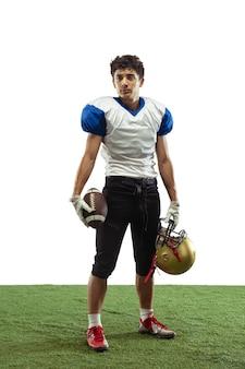 Zelfverzekerd poseren american football-speler geïsoleerd op een witte studio achtergrond met copyspace