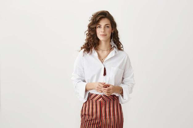 Zelfverzekerde aantrekkelijke zakenvrouw klaar voor zaken