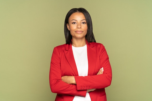 Zelfverzekerde afrikaanse zakenvrouw met gevouwen handen succesvolle jonge ondernemer of vrouwelijke leider