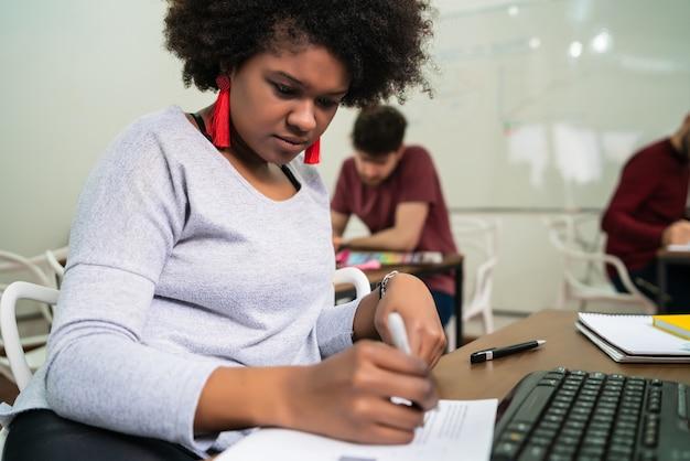Zelfverzekerde afro-amerikaanse zakenvrouw werken op kantoor. bedrijfsconcept.