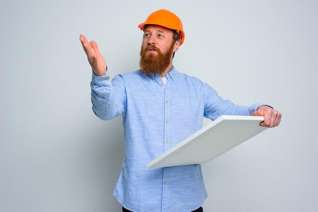 Zelfverzekerde architect met baard en oranje helm maakt een schets