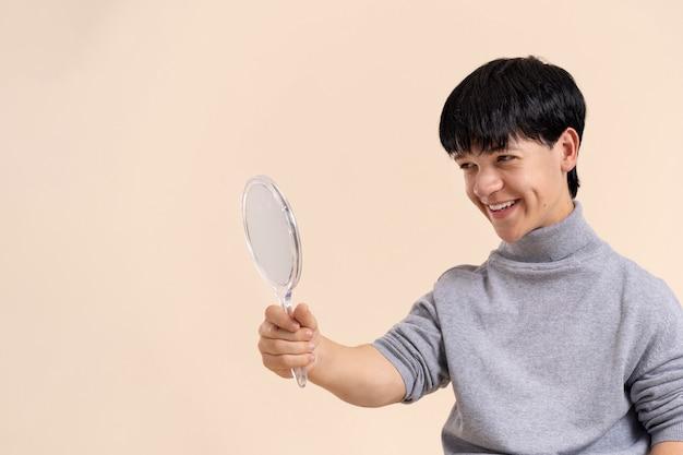 Zelfverzekerde aziatische man met dwerggroei poseren
