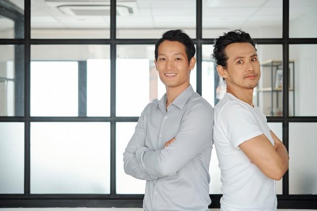 Zelfverzekerde aziatische ondernemers