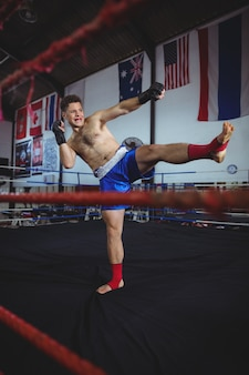 Zelfverzekerde bokser oefenen een boksen