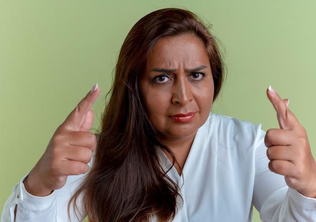 Zelfverzekerde casual blanke vrouw op middelbare leeftijd die je gebaar toont