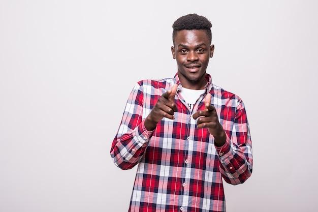 Zelfverzekerde coole afrikaanse kerel die naar je wijst. verbaasd knappe jongeman gebaren en kijken. keuze concept