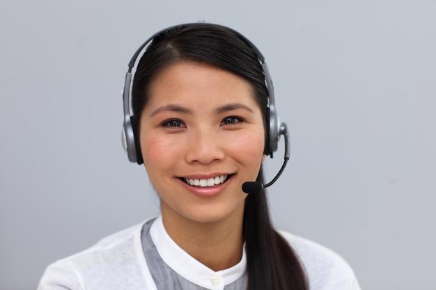 Zelfverzekerde etnische zakenvrouw met hoofdtelefoon op
