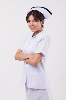 Zelfverzekerde gelukkig lachende aziatische vrouw verpleegster