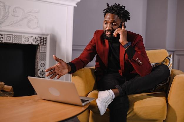 Zelfverzekerde jonge afrikaanse man kijkt naar webcamconferentie videobellen