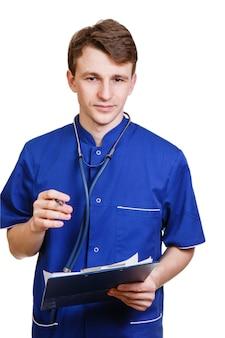 Zelfverzekerde jonge arts op wit