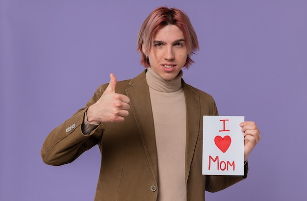 Zelfverzekerde jonge knappe man die een brief voor zijn moeder vasthoudt en omhoog steekt