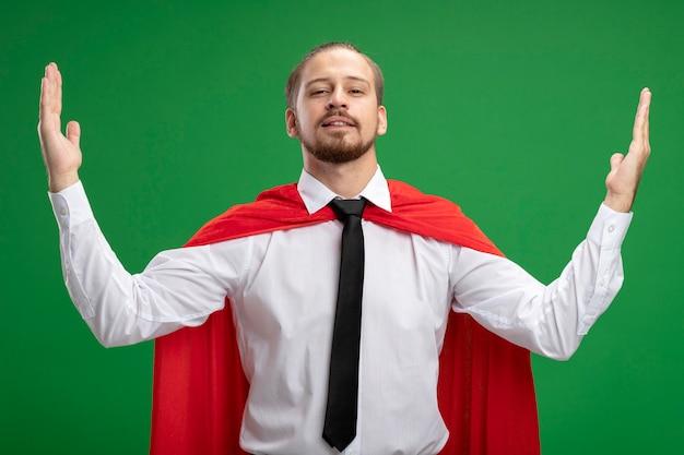 Zelfverzekerde jonge superheld man weergegeven: grootte geïsoleerd op groen