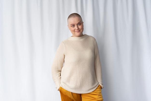 Zelfverzekerde jonge vrouw die borstkanker bestrijdt