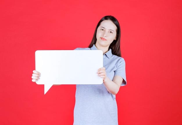 Zelfverzekerde jonge vrouw houdt idee verveeld en kijkt naar voren