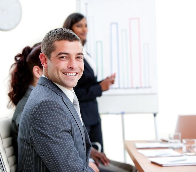 Zelfverzekerde jonge zakenman bij een presentatie