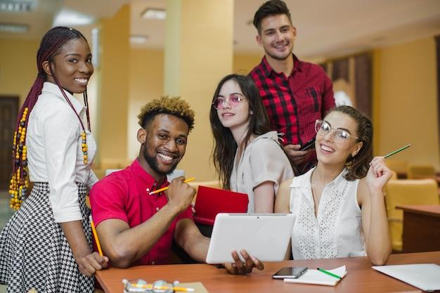 Zelfverzekerde jongeren studeren en poseren