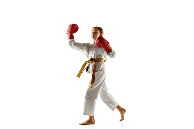 Zelfverzekerde junior in kimono die hand-tot-handgevechten, vechtsporten beoefent.