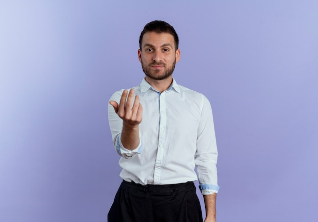 Zelfverzekerde knappe man gebaren komen hier handteken geïsoleerd op paarse muur