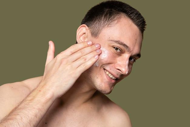 Zelfverzekerde knappe man met acne