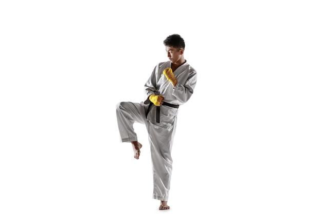 Zelfverzekerde koreaanse man in kimono die hand-tot-hand gevechten beoefent, vechtsporten