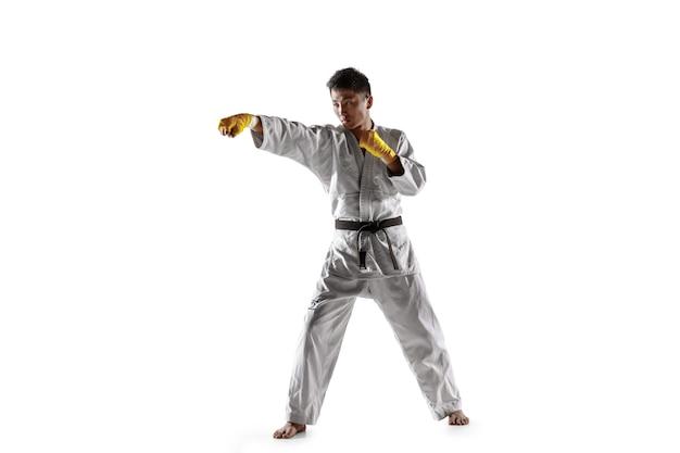 Zelfverzekerde koreaanse man in kimono die hand-tot-hand gevechtskunsten beoefent