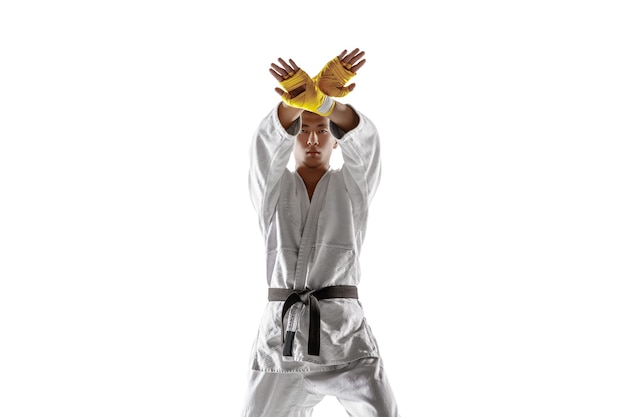 Zelfverzekerde koreaanse man in kimono oefenen hand-tot-hand gevecht