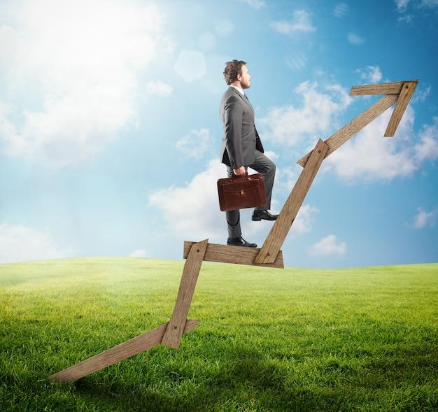 Zelfverzekerde man klimmen een pijl van hout