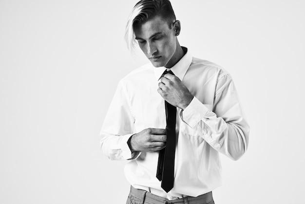 Zelfverzekerde man met trendy kapsel in wit overhemd