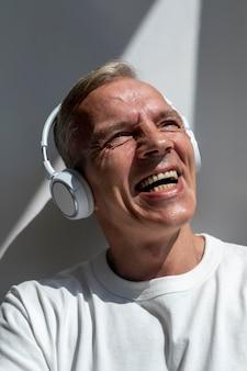 Zelfverzekerde man van middelbare leeftijd die naar muziek luistert