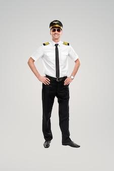 Zelfverzekerde mannelijke piloot glimlachend in de camera