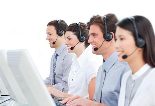 Zelfverzekerde medewerkers van de klantenservice die in een callcenter werken