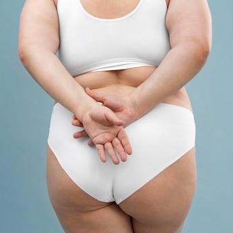 Zelfverzekerde oversized vrouw poseren in lingerie