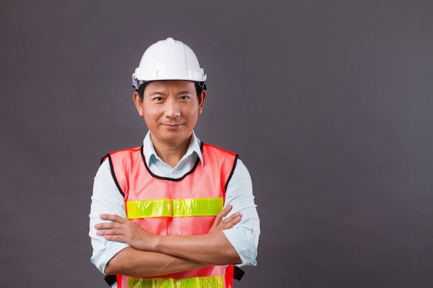 Zelfverzekerde, professionele aziatische mannelijke ingenieur, civiele bouw, bouwer, architect, arbeider, arm kruising