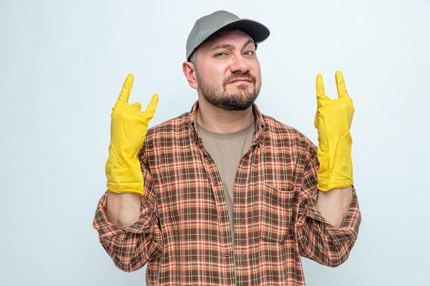 Zelfverzekerde schonere man met rubberen handschoenen gebaren hoorns teken