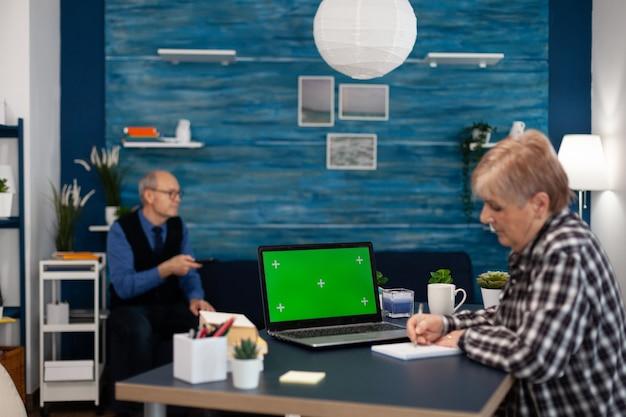 Zelfverzekerde senior vrouw met behulp van laptop