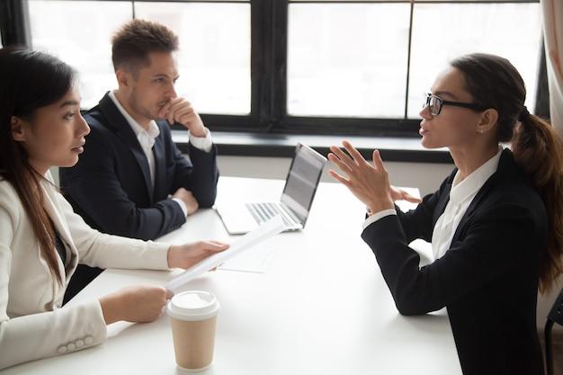 Zelfverzekerde sollicitant wordt beoordeeld door hr-managers te interviewen