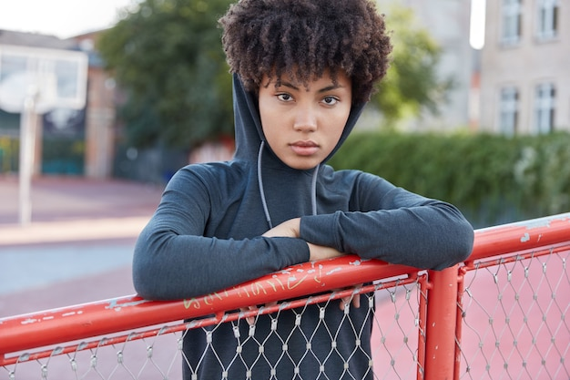 Zelfverzekerde sportieve vrouw poseren in buitenomgeving