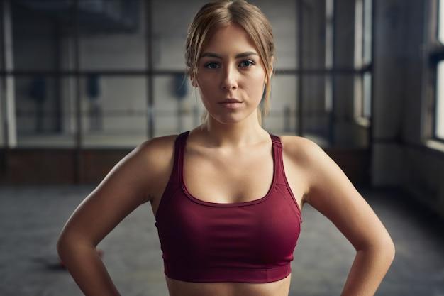 Zelfverzekerde sportvrouw tijdens training in de sportschool