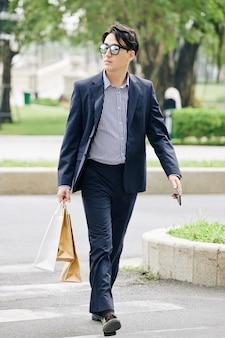 Zelfverzekerde stijlvolle man
