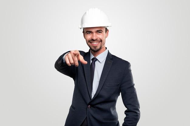 Zelfverzekerde succesvolle uitvoerende mannelijke manager in formeel pak en bouwvakker wijzen terwijl het concept van de kans op een baan vertegenwoordigt