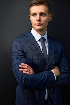 Zelfverzekerde trendy blanke man in formeel stijlvol pak