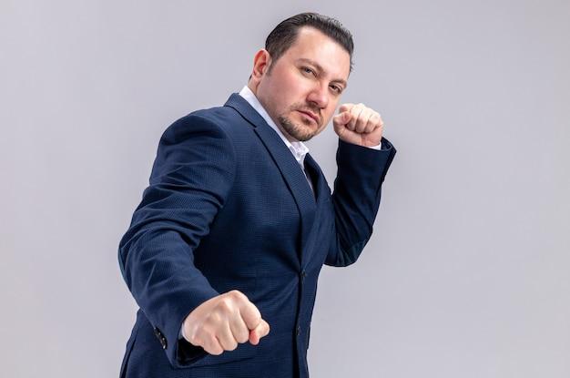 Zelfverzekerde volwassen slavische zakenman die vuisten houdt