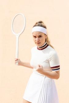 Zelfverzekerde vrouw tennisspeler van resultaat